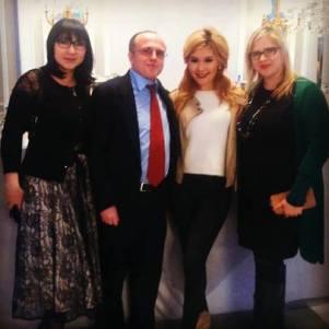 La cantante kazaja Gulaikhan Rysbay junto con Fernando Moragón, presidente de OHRE.