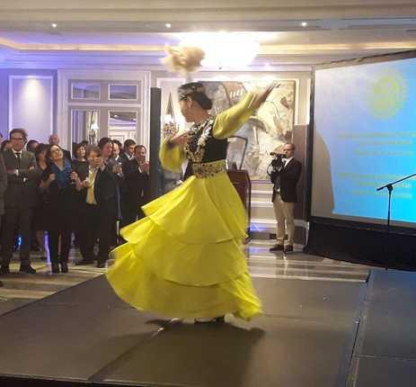 Representación de la danza tradicional kazaja.