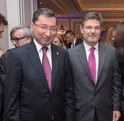 Excmo. Sr. Bakyt Dyussenbayev, Embajador de la República de Kazajistán en España (izquierda) y el Ministro de Justicia de España, Excmo. Sr. Rafael Catalá (derecha).