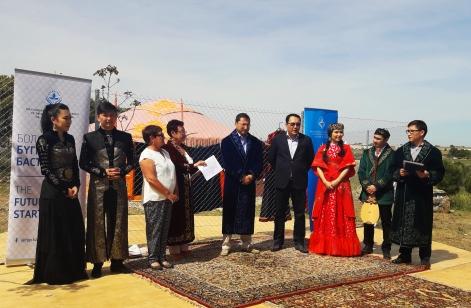El Exmo. embajador República de Kazajstán enEspaña, Bakyt Dyussenbayev con atuendos tradicionales kazajos.