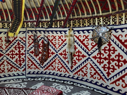 El arco doble junto a otros objetos tradicionales.