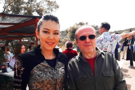 Fernando Moragón, presidente de OHRE junto a una de las vocalistas del grupo de música folclórica ARKAIYM