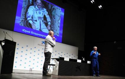 """Conferencia """"Vida y colaboración internacional a bordo de la Estación Espacial Mir"""" a cargo del aviador y cosmonauta ruso Y.V.Usachev."""